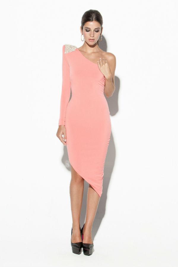 Favorecedor modelo en rosa palo asimétrico
