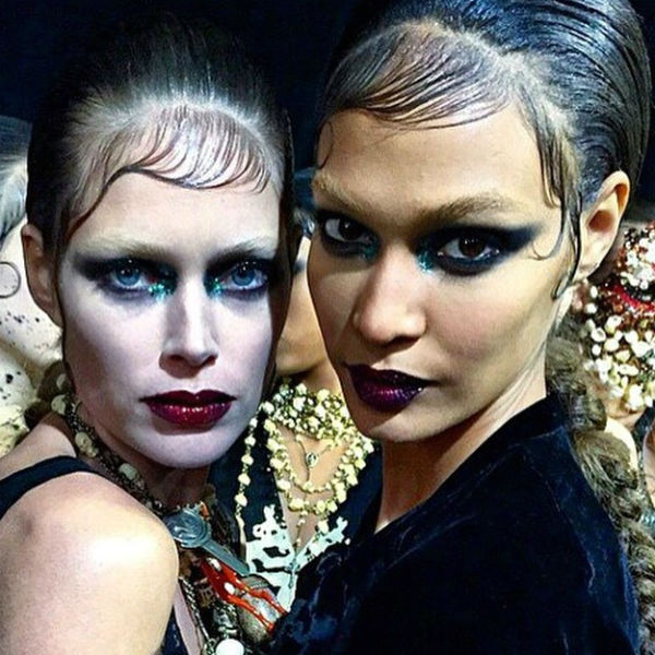 Doutzen Kroes y Joan Smalls fotografiadas en backstage por Carine Roitfeld