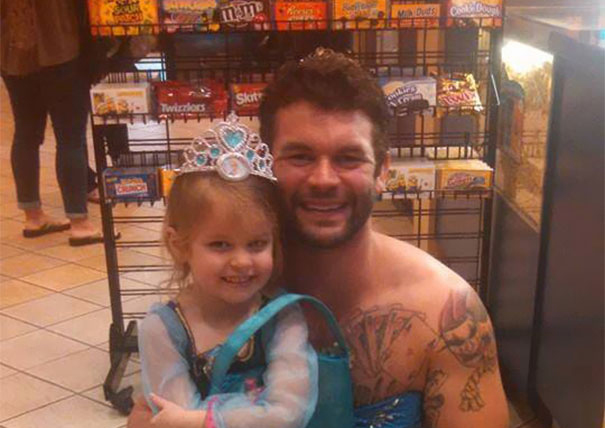 hombre vestido de princesa con su sobrina