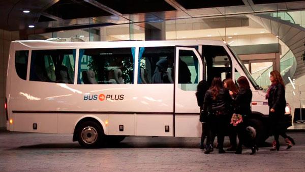 Minibus de Bus Plus esperando a las puertas del hotel
