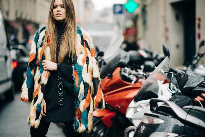 Kristina Bazan con abrigo de pelo.