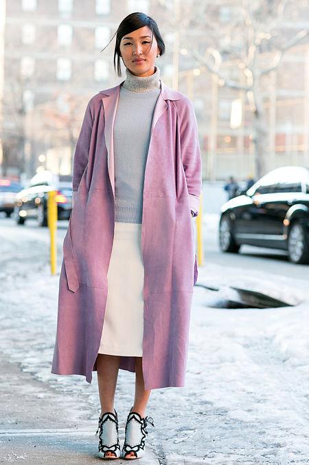 Nicole Wayne con abrigo rosa.