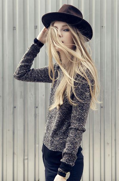 Carolina engman con sombrero fedora.