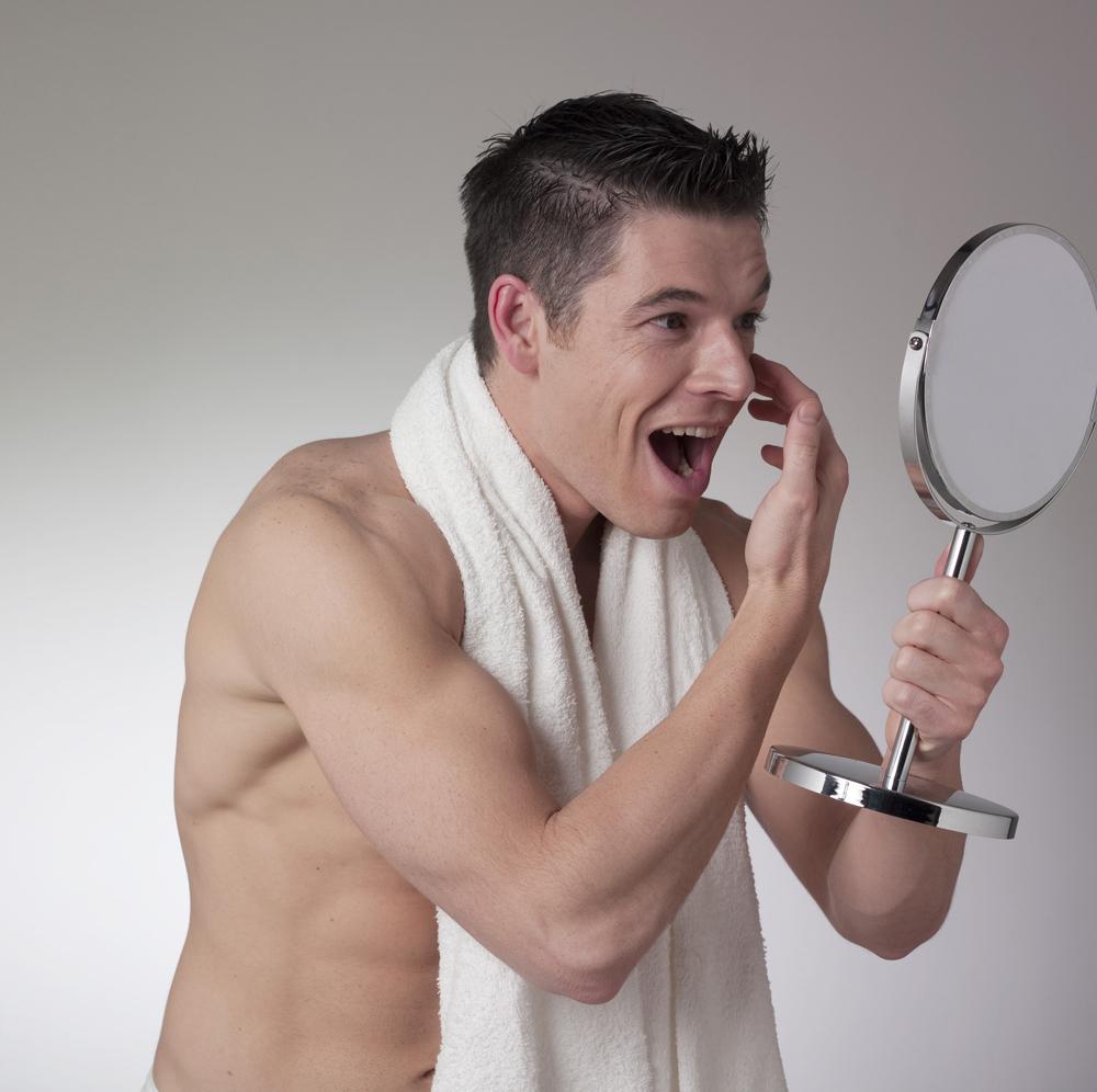 homme nu se regardant dans miroir sourire bonheur