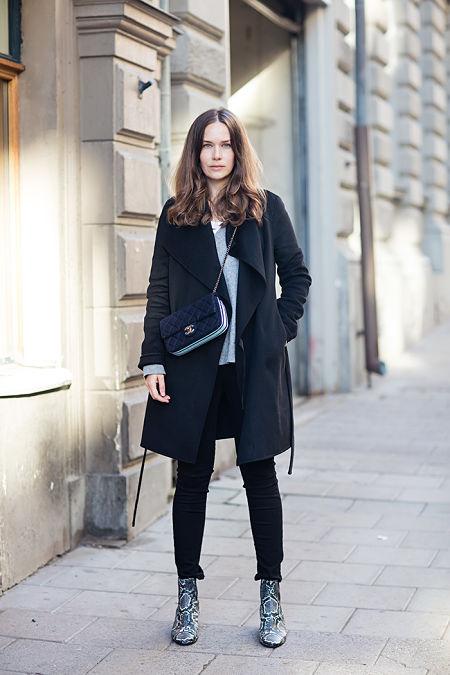 Carolines Mode con un look en negro.