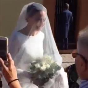 Eva González vestida de novia saliendo de su casa para ir a la iglesia para casarse con Cayetano Rivera.